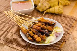 Brochetas de carne de kebab asado tradicional satay