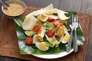 gado gado, salada indonésia com molho de amendoim