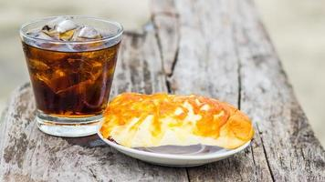 Cola on the rocks with Tii big cheese bread