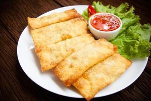 Wonton frito con salsa