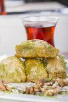 baklava de postre árabe turco con té, miel y nueces