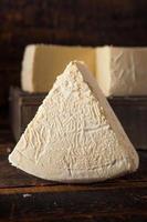 gran rueda de queso blanco orgánico foto