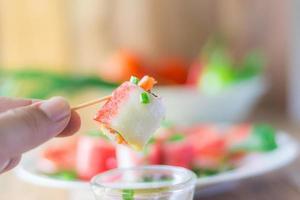 rollo de vegetales con palitos de cangrejo - relleno de tofu de pescado foto