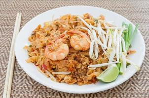 fried noodles thai style with prawns (pad thai)