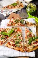 pizza italiana rústica con mozzarella foto