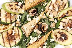 Ensalada con verduras a la parrilla y tofu. foto