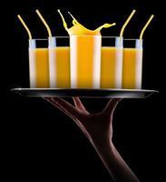jugo de naranja fresco en vaso con splash foto