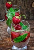 copo de coquetel de morango refrescante