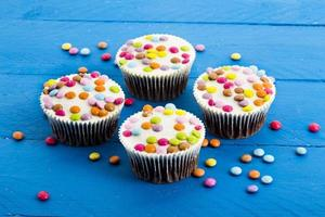 pastelitos de chocolate con coloridas gotas de chocolate foto