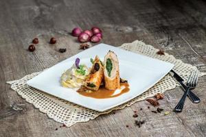 rollito de pollo con verduras y pasta con salsa