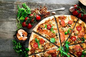 pizza com vários frutos do mar