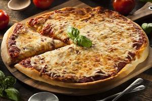 pizza casera de queso caliente