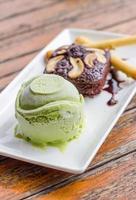 Brownie cake and green tea ice cream