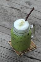 el té verde helado y la leche son deliciosos foto