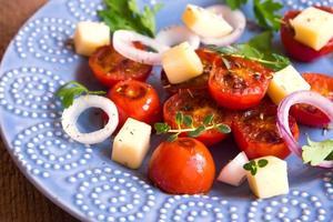 tomates a la parrilla, ensalada de queso