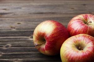 manzanas rojas en la mesa de madera foto
