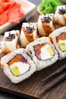 rollo de sushi con salmón, atún y anguila