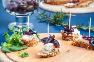 Onion chutney with blue cheese