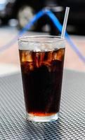 vaso de cola con cubitos de hielo