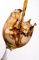 vertido de cola en el vaso foto
