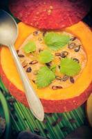 plato sopa de calabaza de halloween sirve fruta hueca vintage foto