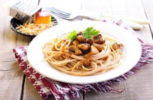 espaguetis y champiñones integrales foto
