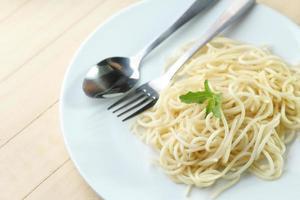 espagueti en plato blanco