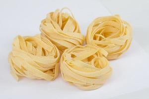 Nido fettuccine pasta italiana aislado sobre fondo blanco. foto