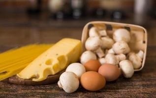 pasta, huevos, queso y champiñones