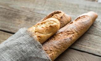drie stokbrood op de houten achtergrond