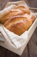 baguette o pan en bandeja de madera foto
