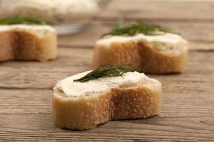 rebanadas de pan de mantequilla para untar y hierbas foto