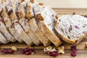 pan recién horneado de arándanos y nueces foto
