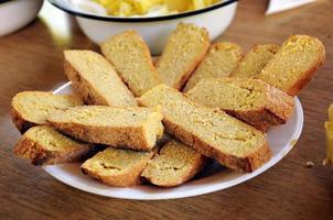 rebanada de pan orgánico en el plato foto