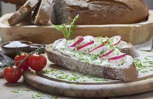 pan alemán con queso crema y rábanos foto