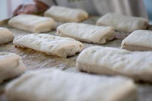 panadero con bandeja de pan ciabatta panecillos foto
