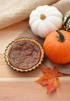 mini pastel de calabaza con calabazas de otoño foto