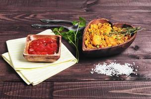 Paella su un tavolo di legno