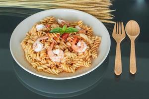 pasta con salsa de tomate y camarones foto