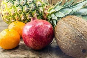 frutas exóticas em fundo de madeira