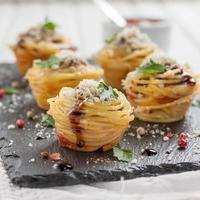 nido de espagueti con albóndigas, queso parmesano y salsa de tomate foto