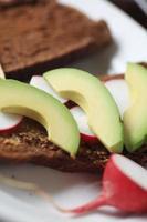 sandwich vegetariano con rábano y aguacate