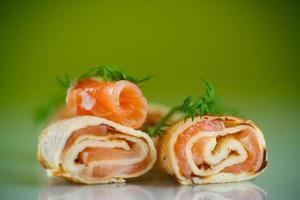 rollos de panqueques finos con pescado rojo salado