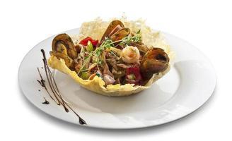salada de mexilhões com legumes em forma de tigela de tortilla