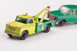 caminhão de brinquedo puxando carro vintage