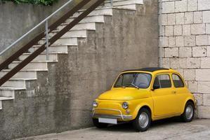 mini coche italiano en ambiente rústico foto