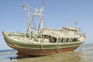 barco varado en la costa egipcia