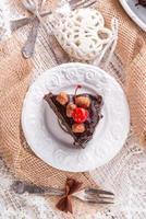 tarta de nueces y chocolate con cerezas foto