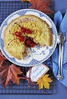 feliz mesa de acción de gracias con pastel de crumble de manzana de cereza foto