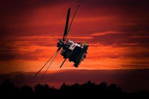 Hubschrauber bei Sonnenuntergang